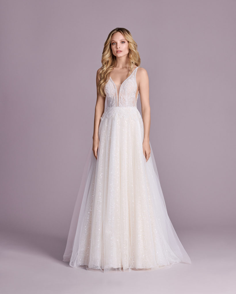 Suknia ślubna z głębokim dekoltem Elizabeth Passion model 4414T